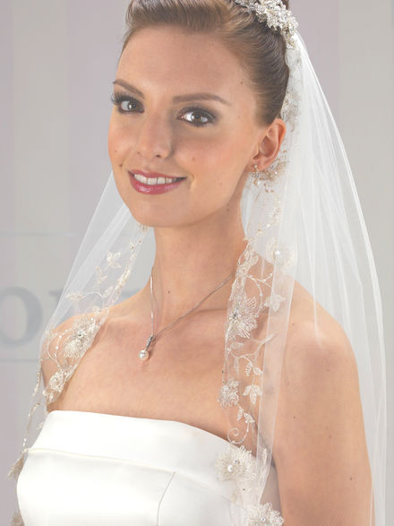LA938 Beaded Flower Applique Edge Veil